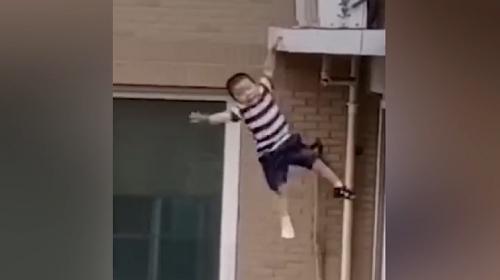 Çinli çocuk dördüncü kattan düştü