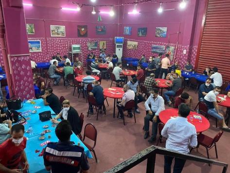 İzmirde kafeteryada kumar oynayan 48 kişiye sosyal mesafe cezası