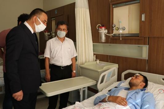 Siirt Valisi Hacıbektaşoğludan terör operasyonunda yaralanan polisleri ziyaret etti