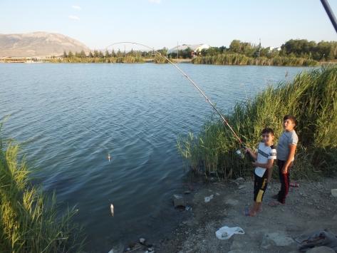 Tatillerini Ulaş gölünde balık tutarak geçiriyorlar