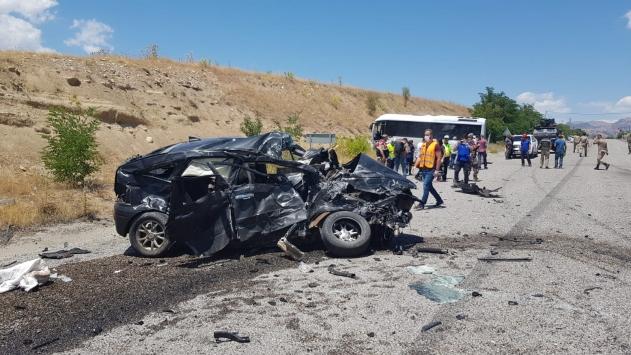 Tuncelide yolcu midibüsü ile cip çarpıştı: 1 ölü, 17 yaralı