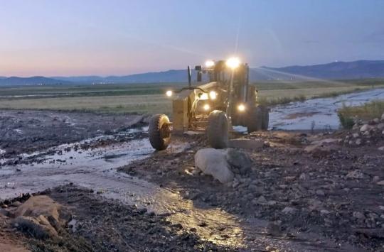 Sel nedeniyle kapanan yol belediye ekiplerince açıldı