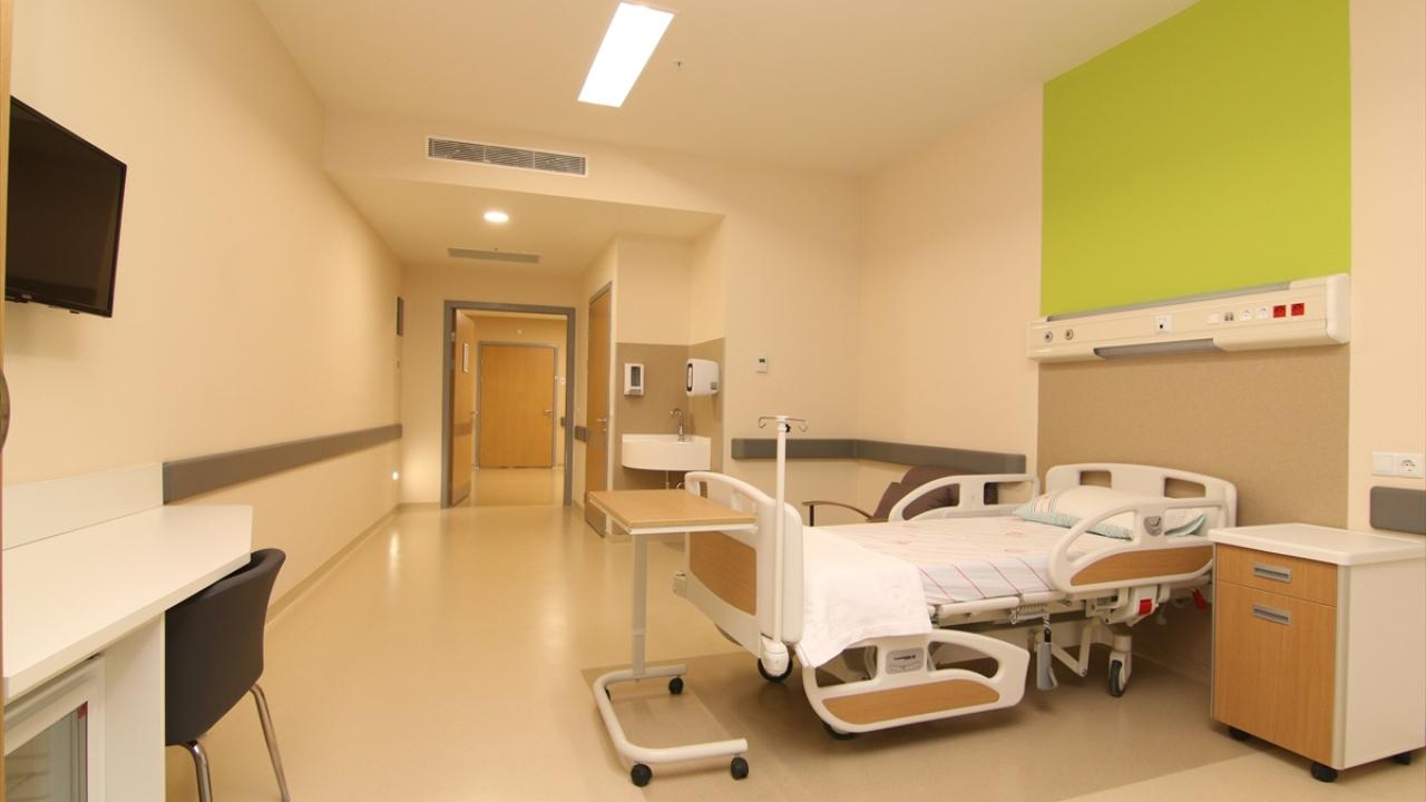 Tüm bölümleri hazır hale getirilen ve teknik cihazları tamamlanan 1250 yatak kapasiteli hastanenin, ilk etapta 862 yataklı kısmı hizmete açılacak.