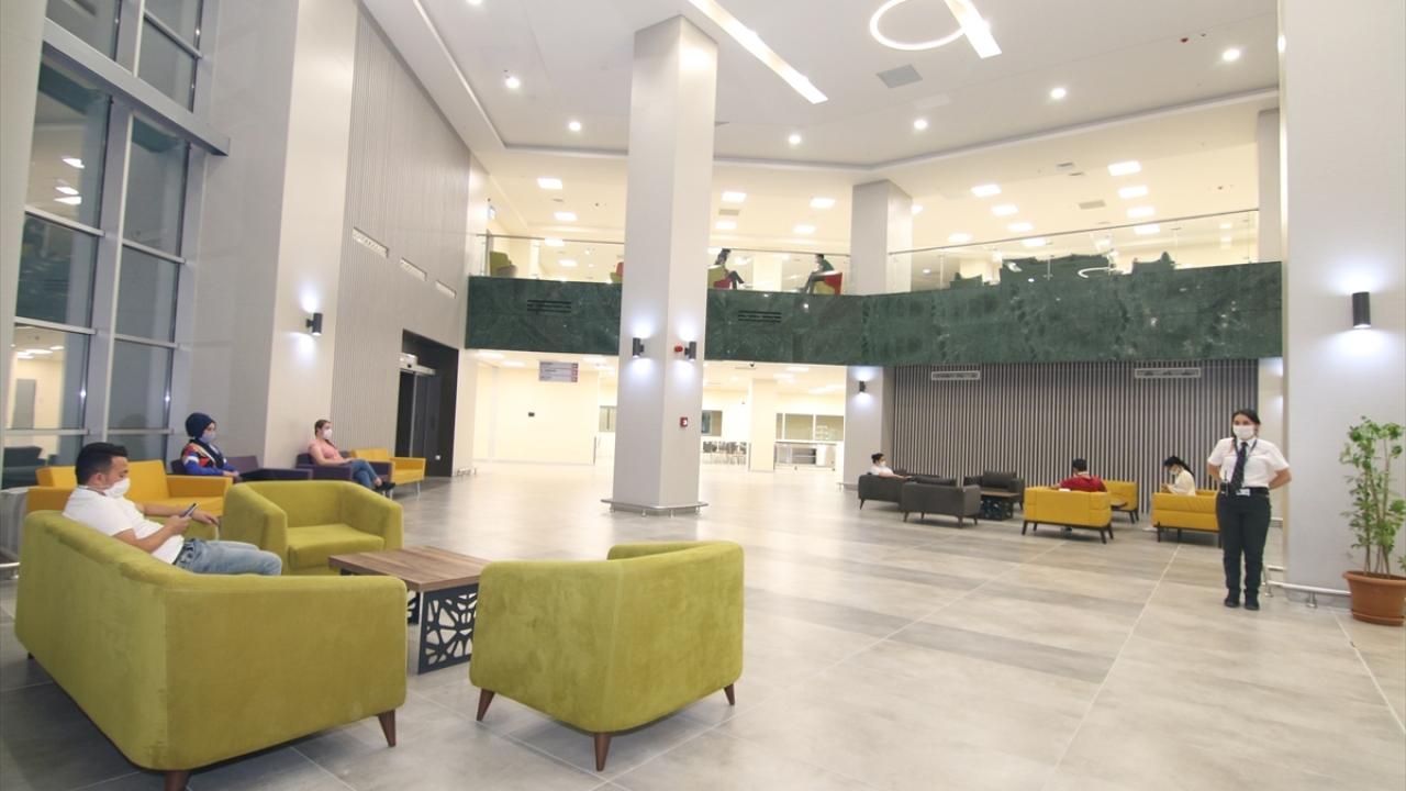Konya ve çevresine hizmet verecek bir sağlık üssü olarak planlanan Konya Şehir Hastanesi hakkında detaylı bilgi de veren Atay, şunları kaydetti:
