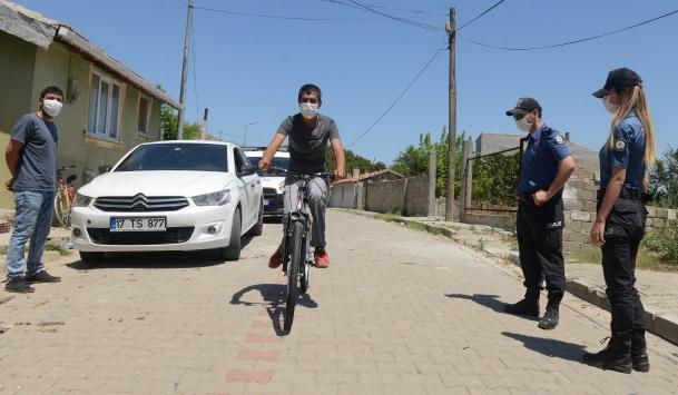Polisler, engelli gencin çalınan bisikletinin yerine yenisini aldı