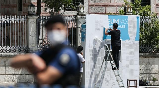 Ayasofya Camii önündeki bilet satış gişesinin yazıları söküldü