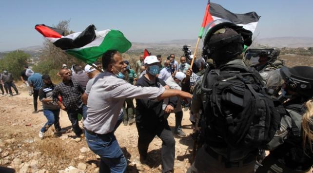 İsrail güçleri Utanç Duvarını protesto eden Filistinlilere saldırdı