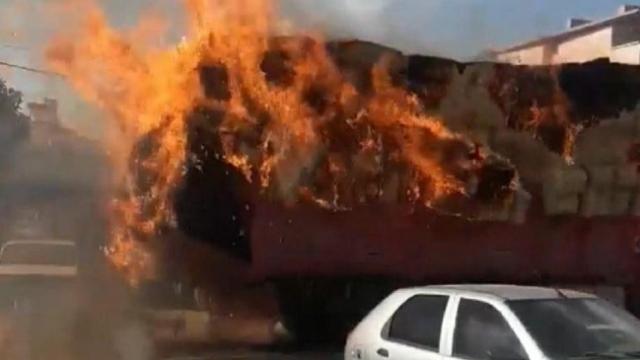 Aksaray'da kamyondaki samanlar alev alev yandı