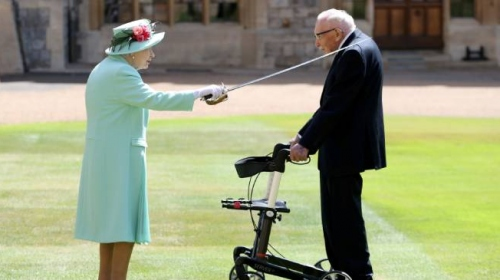 İngiltere Kraliçesi Elizabeth, Yüzbaşı Tom'u şövalye ilan etti