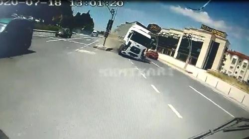 Refüjü aşan tırın halk otobüsüne çarptığı kaza kamerada