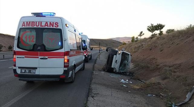 Sivasta hafif ticari araç devrildi: 4 yaralı