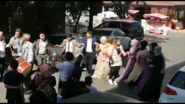 Sokak ortasında sosyal mesafesiz ve maskesiz düğün