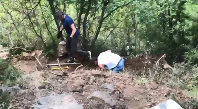 Ormanlık alanda define arayan 3 kişi suçüstü yakalandı
