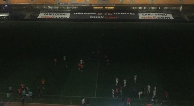 Başakşehir-Kayserispor maçında stat elektrikleri kesildi
