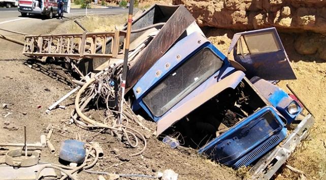 Freni boşalan kamyon devrildi: 1 ölü