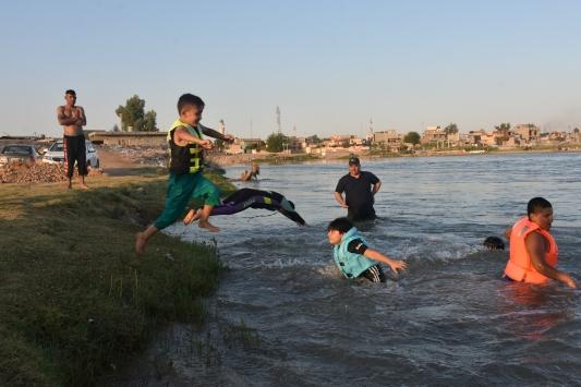 Kerküklüler hava sıcaklığının artmasıyla serinlemek için soluğu Zap Nehrinde alıyor