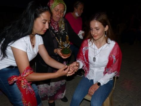 Milli Savunma Üniversitesini kazanan kızı için kına gecesi düzenledi