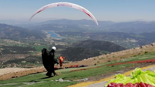 """Yamaç paraşütüyle Denizli'den Eskişehir'e """"rekor"""" uçuş"""