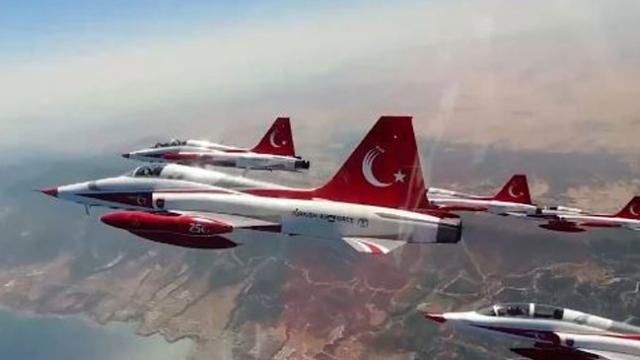 Türk Yıldızları'ndan KKTC semalarında selamlama geçişi