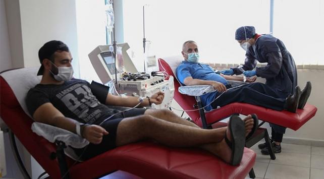 Ailece koronavirüsü yendiler, plazma bağışı için Kızılaya koştular