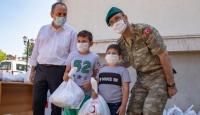 Türk askerinden Kosovalı çocuklara bayram hediyesi