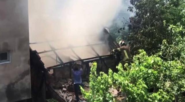 Evini yaktı, söndürmek isteyen itfaiyeye baltayla saldırdı