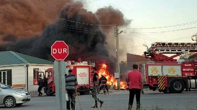 Elazığ'da inşaat malzemelerinin bulunduğu depoda yangın