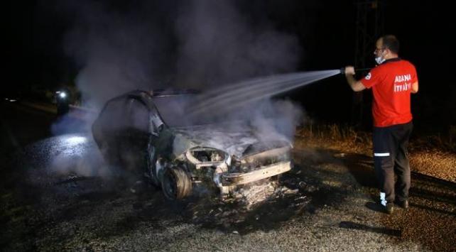 Adanada seyir halindeki otomobil yandı