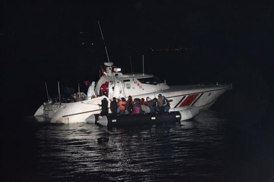 Çanakkale ve Balıkesir açıklarında 74 düzensiz göçmen kurtarıldı