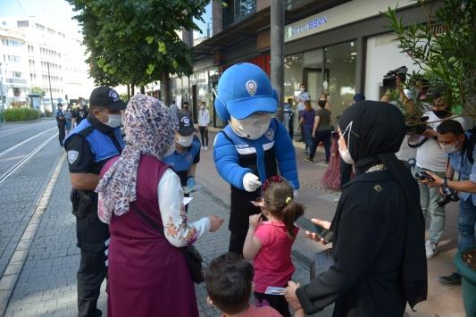 Eskişehir polisinden vatandaşlara Kovid-19a karşı maskotlu uyarı