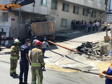Sultangazide freni boşalan kamyon 6 araca ve duvara çarparak durabildi