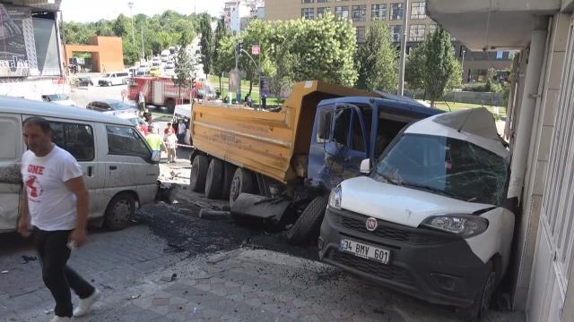 Hafriyat kamyonu caddeyi savaş alanına çevirdi