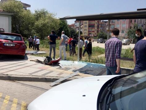 İnegölde kontrolden çıkan otomobil durağa ve ağaca çarptı: 2 yaralı