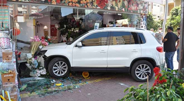 İş yerine giren otomobil hasara neden oldu