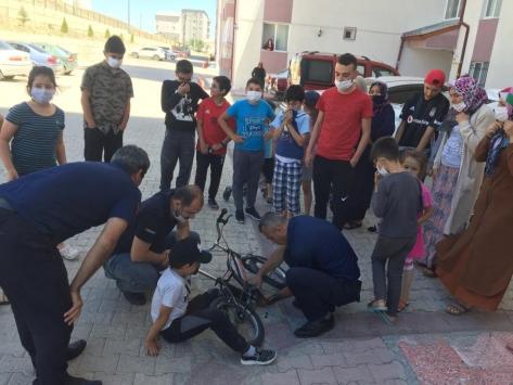 Ayağı bisiklete sıkışan çocuğa itfaiye yardım etti