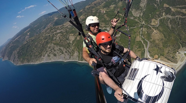 Paraşütle atladı, 600 metre yükseklikte davul çaldı