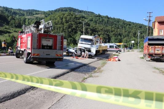Kastamonuda tır ile otomobil çarpıştı: 3 ölü