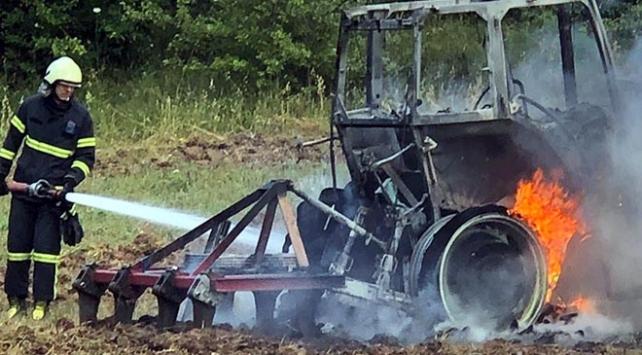 Tarlayı sürerken yanan traktör kül oldu