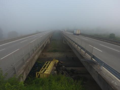 Anadolu Otoyolunda biber yüklü tır köprüden düştü: 2 yaralı