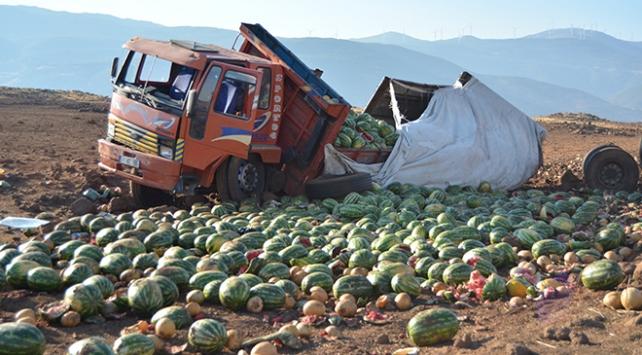 Gaziantepte devrilen kamyondaki 13 ton karpuz zarar gördü