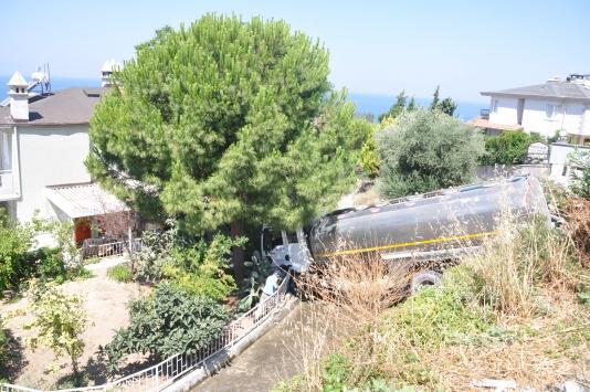Kuşadasında kontrolden çıkan su tankeri yazlık siteye uçtu