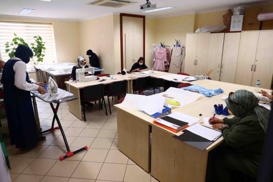 Bağcılarda kadın kursiyerler maske üretiyor