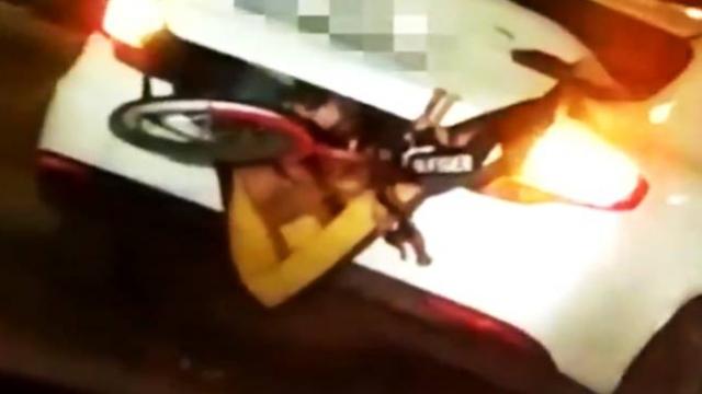 Otomobilin bagajında üç çocuk taşıyan sürücüye ceza