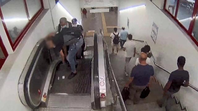 Yürüyen merdivenlerdeki hırsızlık anı kamerada