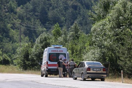 Park halindeyken hareket eden traktör dereye yuvarlandı: 2 yaralı