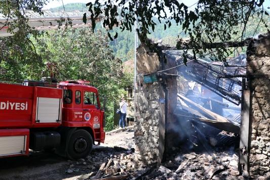 Karabükte çıkan yangında iki ev yandı