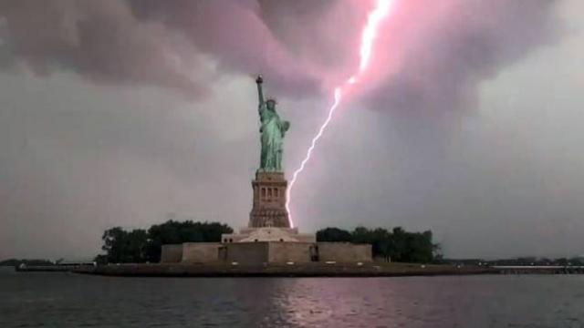 ABD'de Özgürlük Heykeli'ne yıldırım düştü