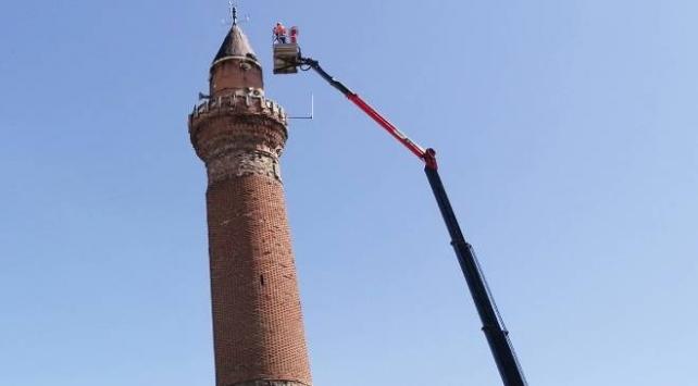 Tarihi Ulu Camiinin eğilen minaresine sensörlü takip