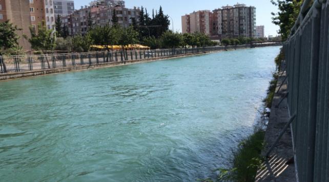 Adanada sulama kanalına düşen genç kayboldu