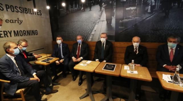 Cumhurbaşkanı Erdoğan ve Bahçeli kafede çay içti
